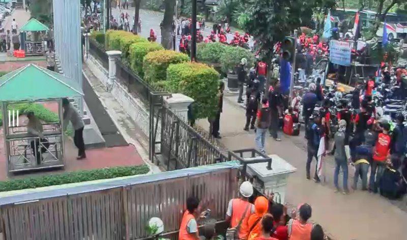 Sejumlah buruh yang menggelar demo di depan Balai Kota DKI Jakarta. Foto @TMCPolda