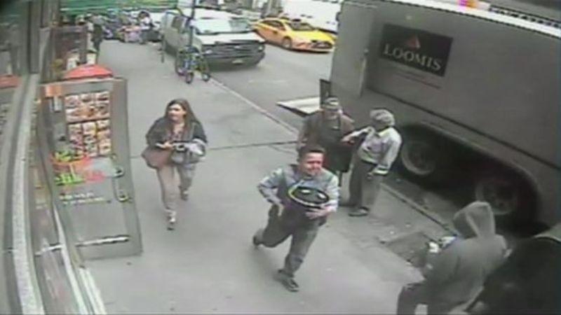 Pencuri yang bawa kabur seember emas. (Foto: NBC)