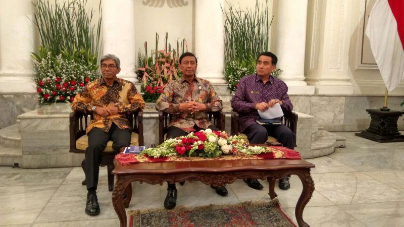 Menko Polhukam Wiranto (tgh) bersama dengan Wakil Menlu AM Fachir (ki) dan Deputi Bidang Koordinasi Polugri Kemenko Polhukam Lutfi Rauf (ka) dalam acara briefing untuk dubes dan perwakilan asing di Jakarta, 1 Desember 2016. (Foto: Silvi/Okezone)