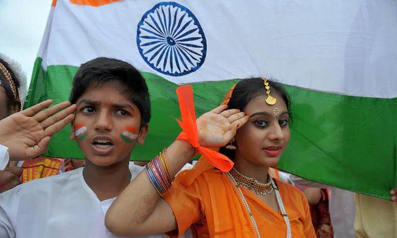 Siswa India memberi hormat ke bendera nasional sambil mendengarkan lagu kebangsaan. (Foto: AFP)