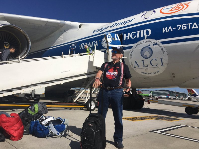 Pose Buzz Aldrin sebelum terbang ke Kutub Selatan (Foto: Buzz Aldrin/Twitter)