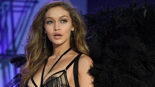 Tali Lingerie Lepas, Gigi Hadid Jadi Buah Bibir Pengguna Twitter