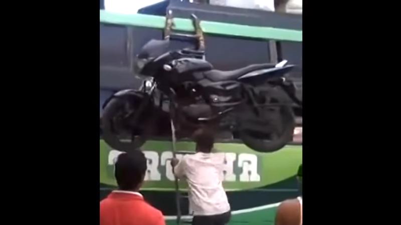 Pria angkat motor ke atas bus gunakan kepala (foto: Shifting Gear)