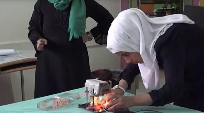 Shahd Abu Leda sedang menunjukkan cara kerja alat temuannya (Foto: Youtube)