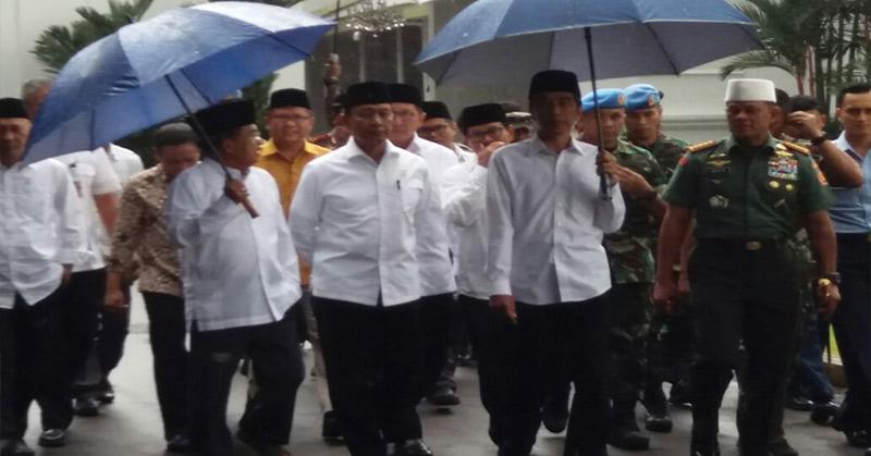 Presiden Joko Widodo saat menuju Monas, tempat Aksi Damai 212. (Foto: Antara)