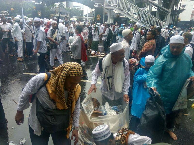 Peserta aksi 212 pungut sampah di sekitar Monas, Jakarta (Fahreza/Okezone)