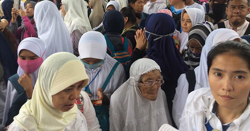 Nenek Roisah (75) bersama anak-anak muda peserta aksi 212. (Foto: Menda/Okezone)