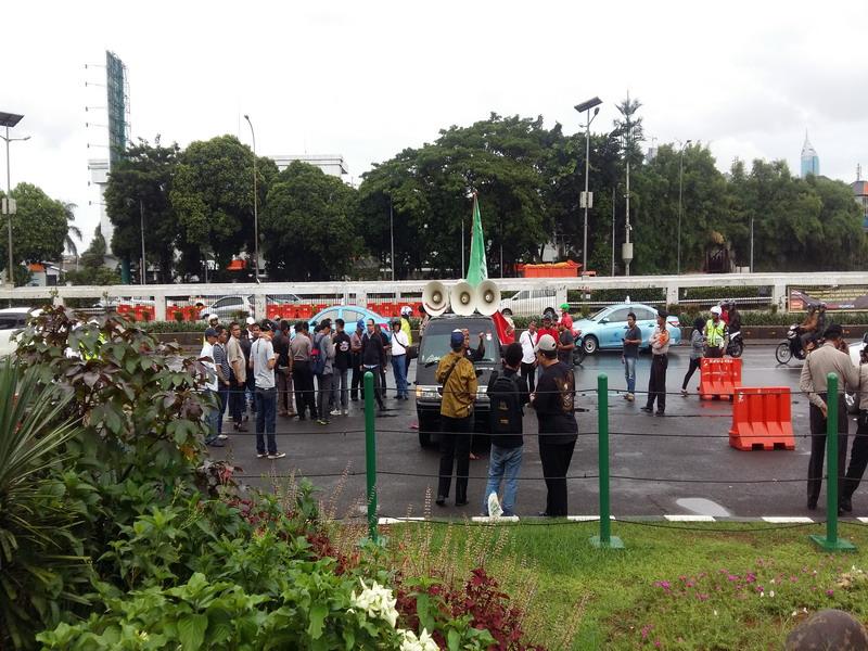 Massa dari Gonas menggelar orasi di depan DPR/MPR. (Lina F/Okezone)