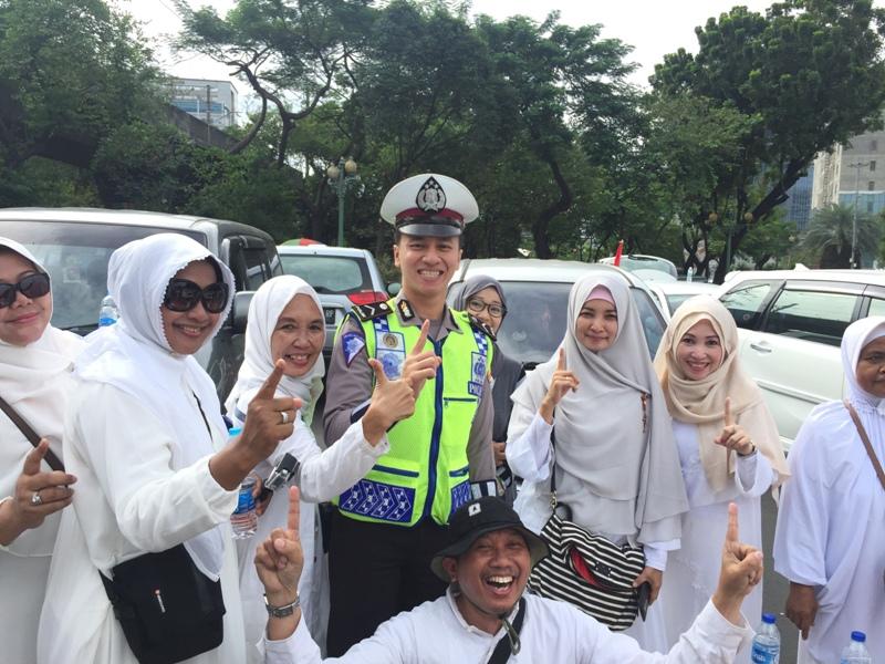 Ibu-ibu peserta aksi 212 berfoto bersama polisi (Dimas/Okezone)