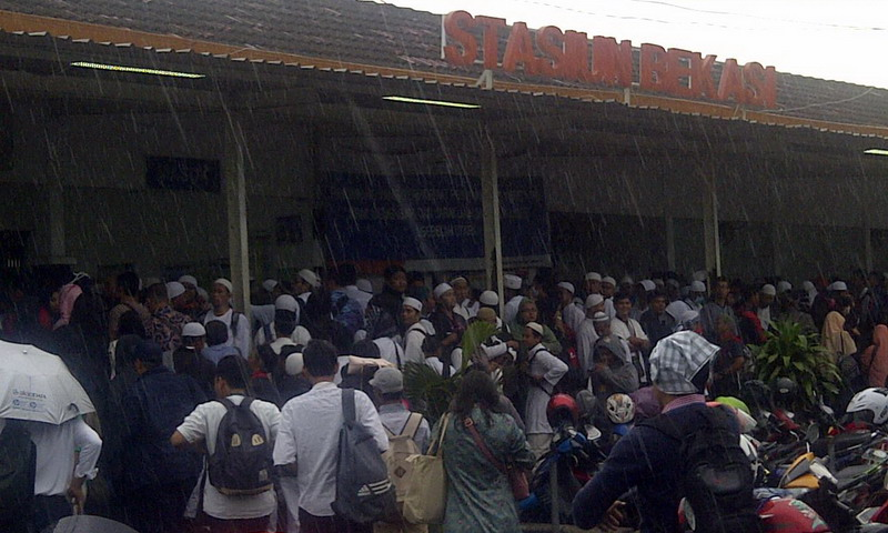 Massa aksi damai 212 di Stasiun Bekasi (foto: Djamhari/Okezone)
