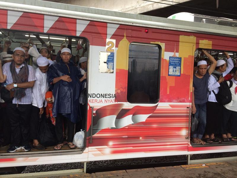 Kerumunan massa berebut gerbong kereta untuk pulang ke rumah masing-masing. (Menda CF/Okezone)