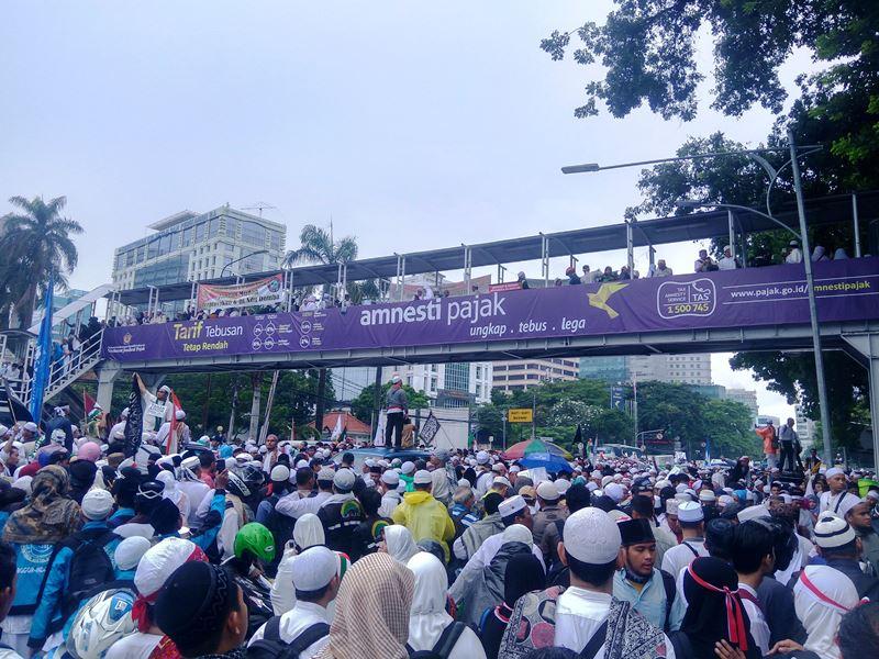 Massa membubarkan diri di depan Stasiun Gambir. Foto Fahreza Rizky/Okezone