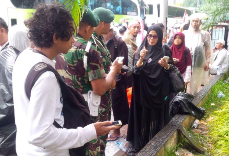 Nining wanita asal Bandung yang tersesat usai mengikuti demo aksi damai 212. Foto Arie Dwi Satrio/Okezone