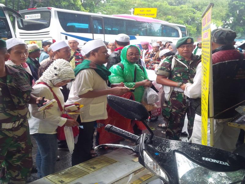 Para peserta aksi 212 menyerbu pedagang makanan. (Arie DS/Okezone)