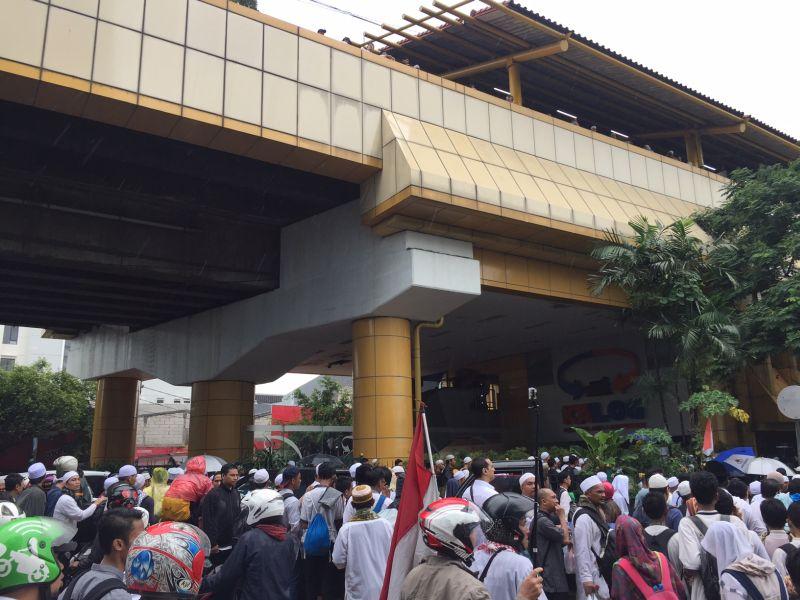 Peserta aksi damai padati stasiun Gondangdia (foto: Okezone)