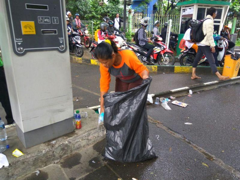 Nunik sedang memulung sampah pasca aksi super damai 212 (Foto: Badriyanto/Okezone)