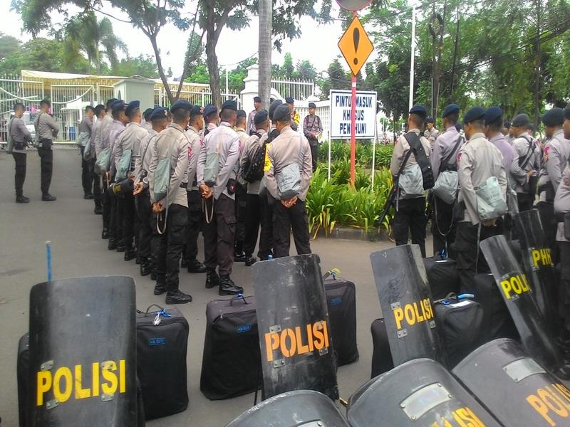 Polisi masih bersiaga di kediaman Ahok di Jakarta Utara. (Taufik F/Okezone)