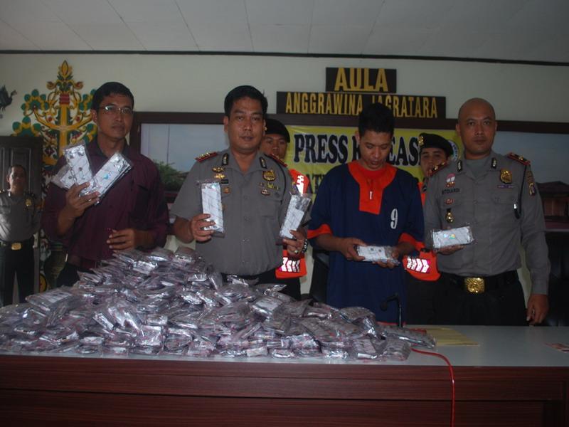 Polisi menggelar konferensi pers pengungkapan kasus pil koplo. (Sigit D/Okezone)