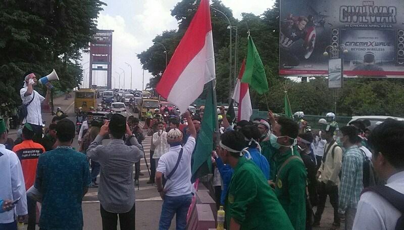 Massa aksi demo bela Islam jilid III beraksi di depan Masjid Agung Palembang. Mewan Haqulana/Okezone