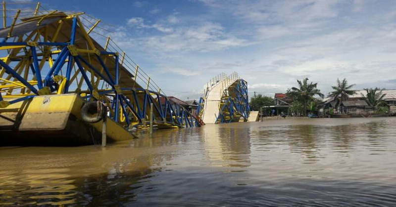 Jembatan apung yang ambruk (KRjogja)