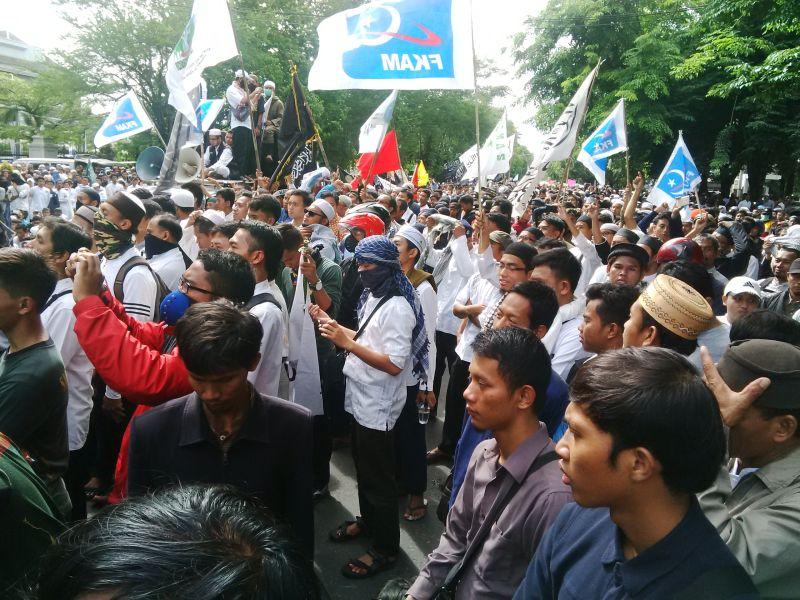 Demonstran di Solo yang menuntut Ahok ditahan (Foto: Bramantyo/Okezone)