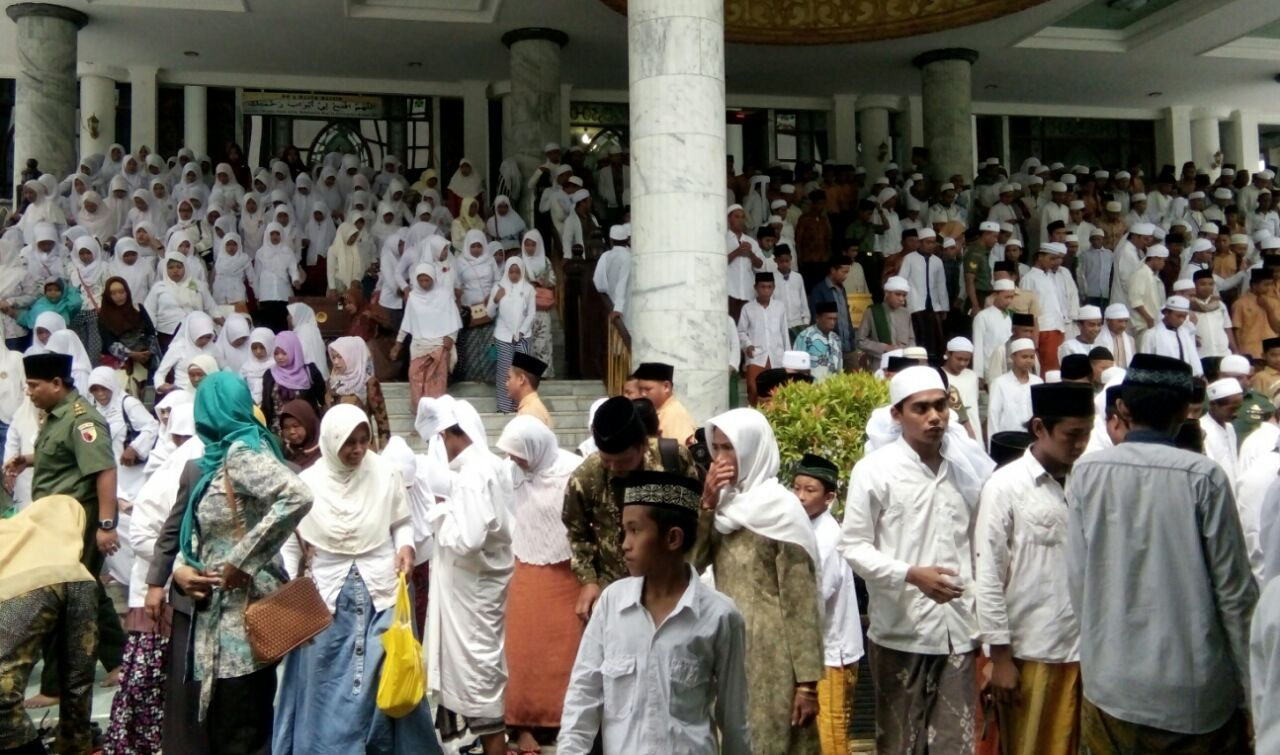 Ribuan santri Pamekasan istighasah Foto: Syaiful Islam/Okezone)