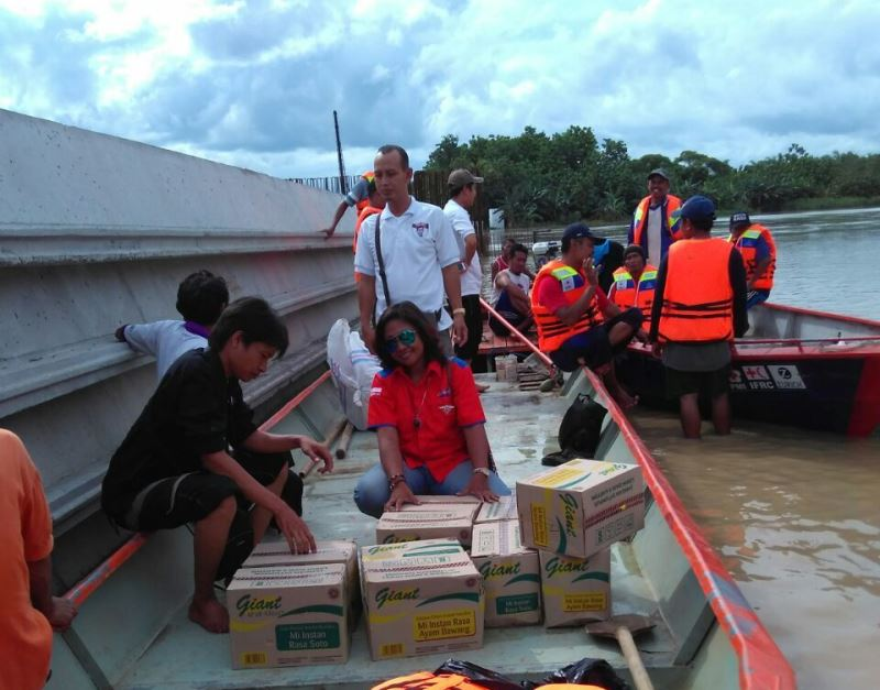 Rescue Perindo Jatim saat distribusikan bantuan ke korban bnajir Bojonegoro (Foto: Syaiful Islam/Okezone)