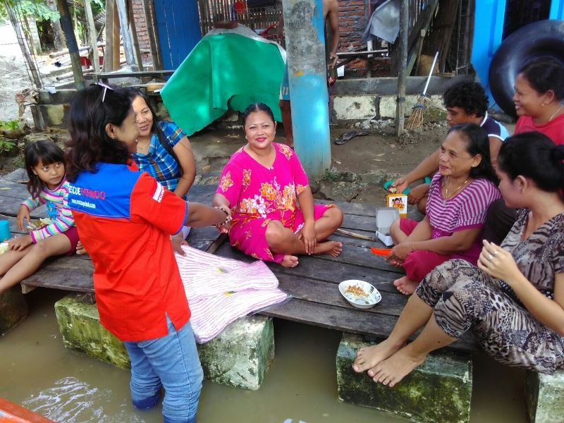 Ketua DPW Rescue Jatim berinteraksi dengan korban banjir di Jatim. Foto dok Rescue Perindo Jatim