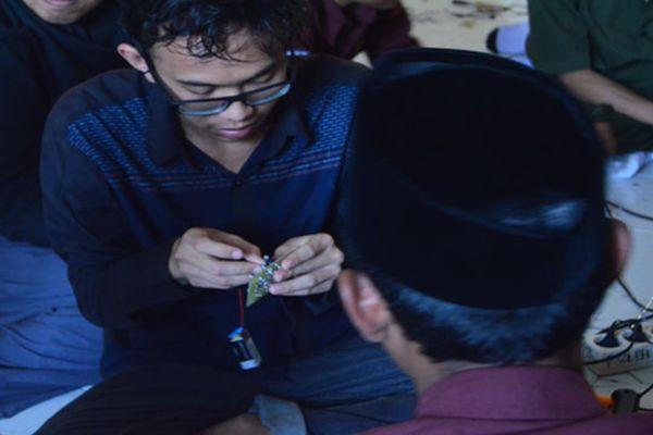 Mahasiswa ITS Ajak Santri Cakap Bermain & Merancang Robot