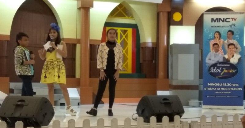 https: img.okezone.com content 2016 12 04 205 1558310 dua-jawara-indonesian-idol-junior-hibur-pengunjung-sms-SCgw985iNu.jpg