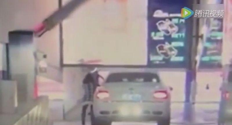 Mobil Bentley seharga Rp5 miliar menabrak dinding mal karena pengemudi tak mengaktifkan rem tangan (v.qq)