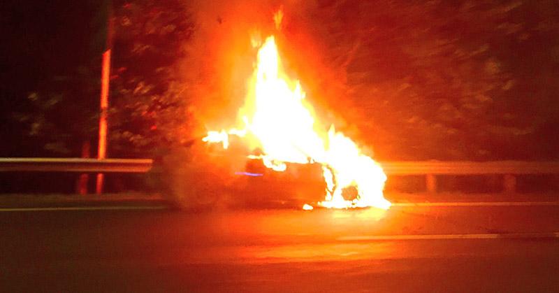 BMW terbakar di Tol Cililitan. (Foto: TMC Polda Metro/@hermanseventeen)