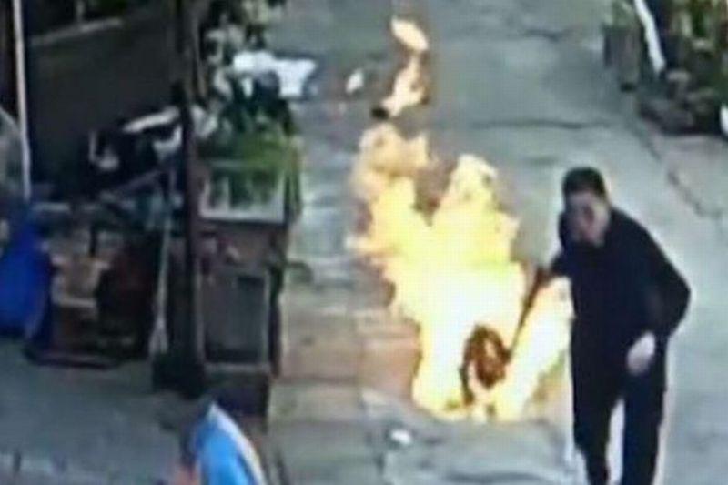 pria china nekat selamatkan tetangganya dari tabung gas terbakar okezone news. Black Bedroom Furniture Sets. Home Design Ideas