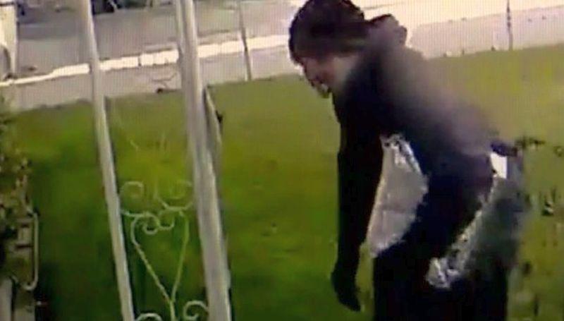 Tertipu paket kotoran anjing, pria ini dibui polisi. (Foto: Huffington Post)