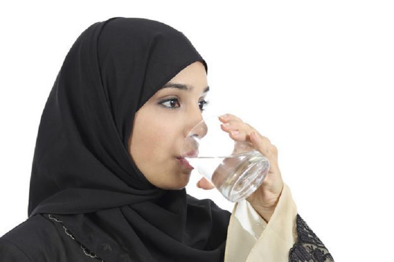 https: img.okezone.com content 2016 12 12 481 1564573 alasan-mengapa-rasullah-saw-melarang-minum-sambil-berdiri-H18bDHxAjB.jpg