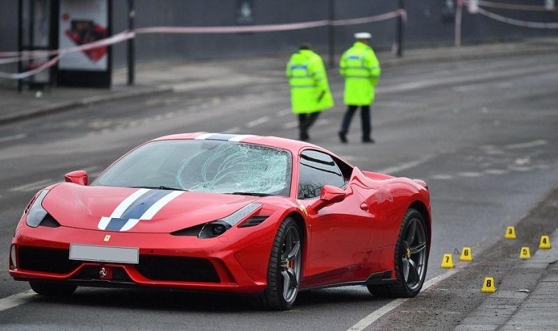 Ferrari 458 menyeruduk tujuh remaja di London, Inggris (LNP)