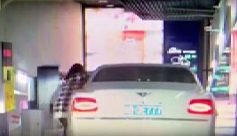 Lupa Rem Tangan, Mobil Seharga Rp5 Miliar Tabrak Tembok
