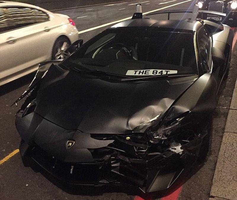 Lamborghini Aventador menyeruduk Mercy dan Vauxhall Astra setelah melakukan balapan di jalan umum di London (Daily Mail)