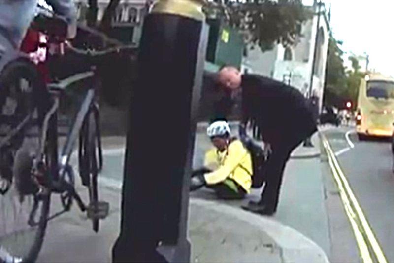 Chris Grayling membuka pintu mobil dan menyebabkan pengendara sepeda jatuh. (Foto: The Guardian)