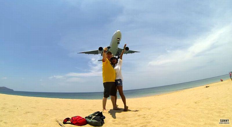 Aksi selfie dengan latar belakang pesawat yang akan mendarat marak dilakukan turis di Thailand. (Foto: YouTube Sunny Schollenbruch)