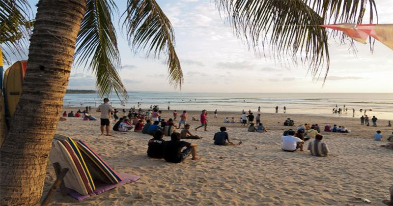 https: img.okezone.com content 2016 12 17 406 1569384 masyarakat-tni-berbondong-bondong-bersihkan-sampah-di-pantai-kuta-92RLyl6ddp.jpg