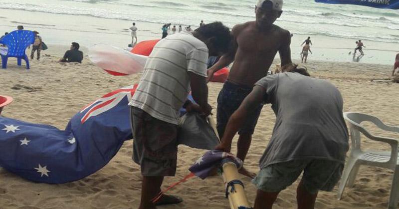 https: img.okezone.com content 2016 12 18 340 1569692 polisi-turunkan-bendera-asing-yang-sudah-seminggu-berkibar-di-pantai-kuta-dJYfoAz05e.jpg
