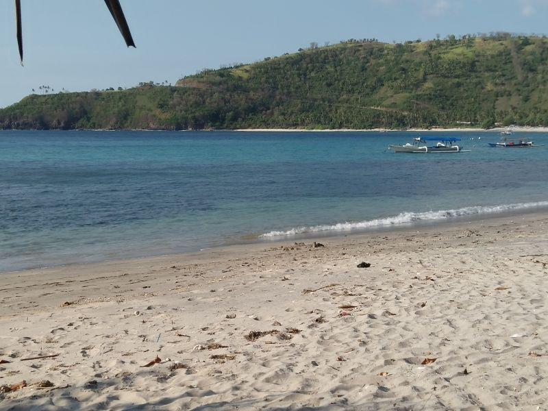 https: img.okezone.com content 2016 12 19 406 1570630 pantai-nipah-surga-tersembunyi-di-lombok-utara-kdx532mT0t.jpg