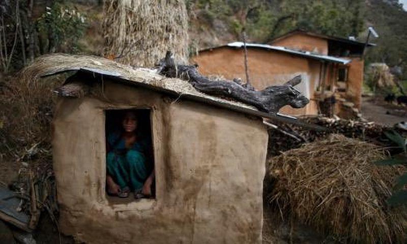 Foto perempuan yang sedang berada di gubuk pengasingan karena ia sedang menstruasi (Foto: Guardian)