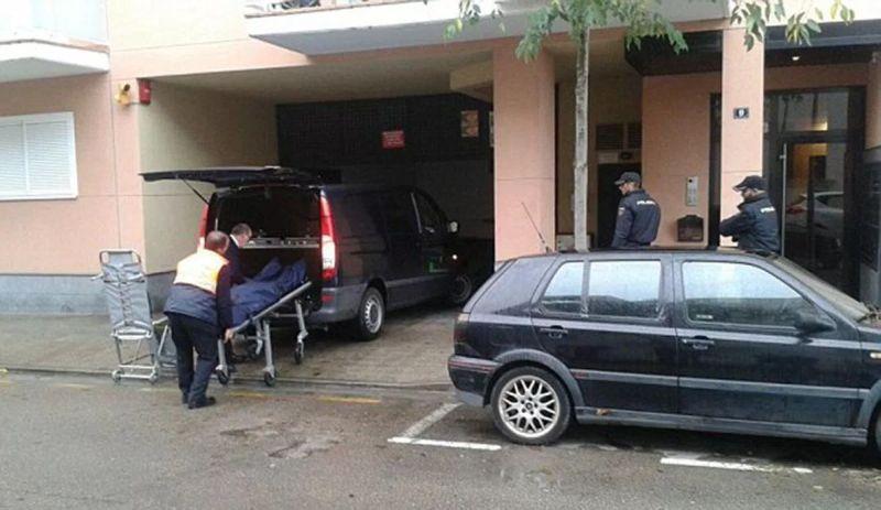 Polisi Membawa Jenazah Ibu dari Tiga Orang Anak untuk di Autopsi. (Foto: Metro)