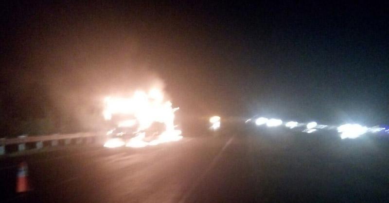 https: img.okezone.com content 2016 12 23 525 1574684 bus-po-haryanto-terbakar-di-tol-palikanci-macet-5-kilometer-afHmV6QfoP.jpg