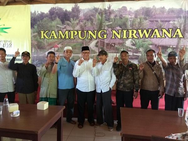 Cagub Banten Wahidin Halim berfoto bersama ulama dan masyarakat di daerah Cisauk usai berdialog. (Foto: Hambali/Okezone)