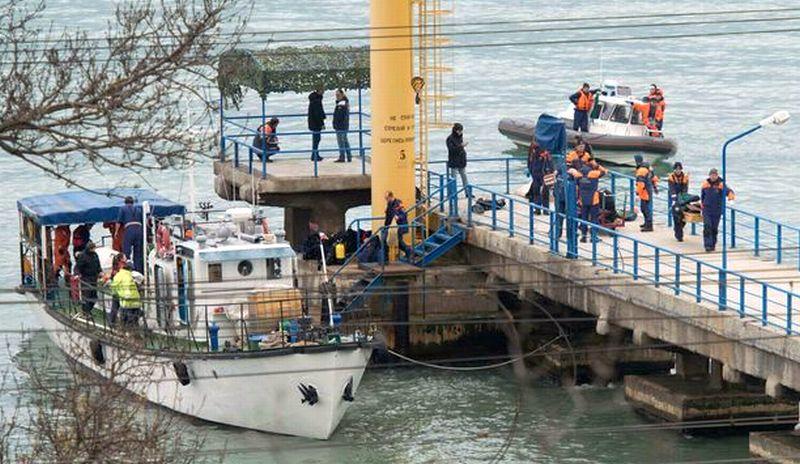 Tim penyelamat Rusia mencari pesawat militer yang jatuh di Laut Hitam. (Foto: Reuters)