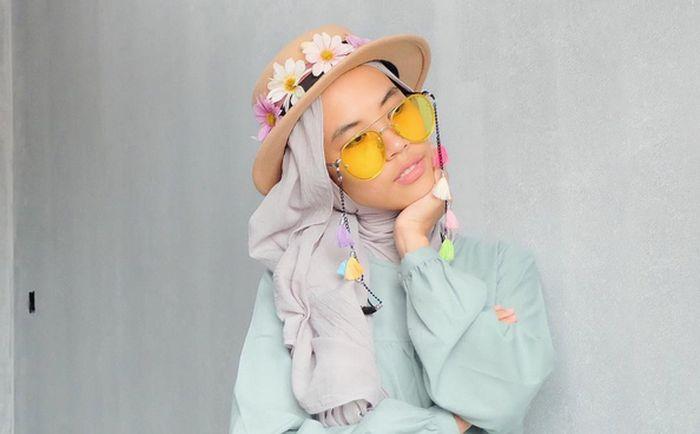 Bosan dengan Jilbab Itu-Itu Saja? Sontek Gaya Jilbab Unik Selebgram Satu Ini