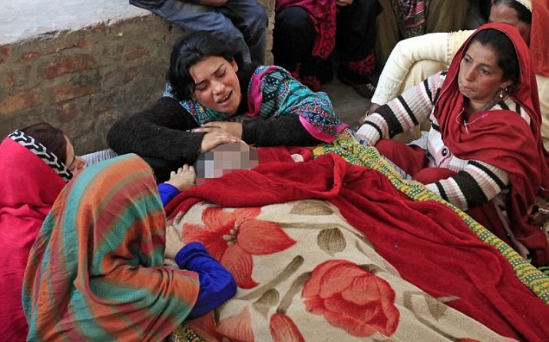 Keluarga menangisi korban miras oplosan di Pesta Natal Pakistan. (Foto: Reuters)